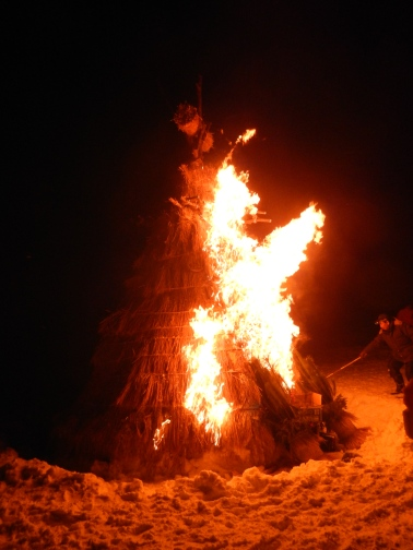 """Bonfire to welcome in the new year (""""Dondoyaki"""")"""