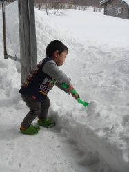 Kenta making snowballs